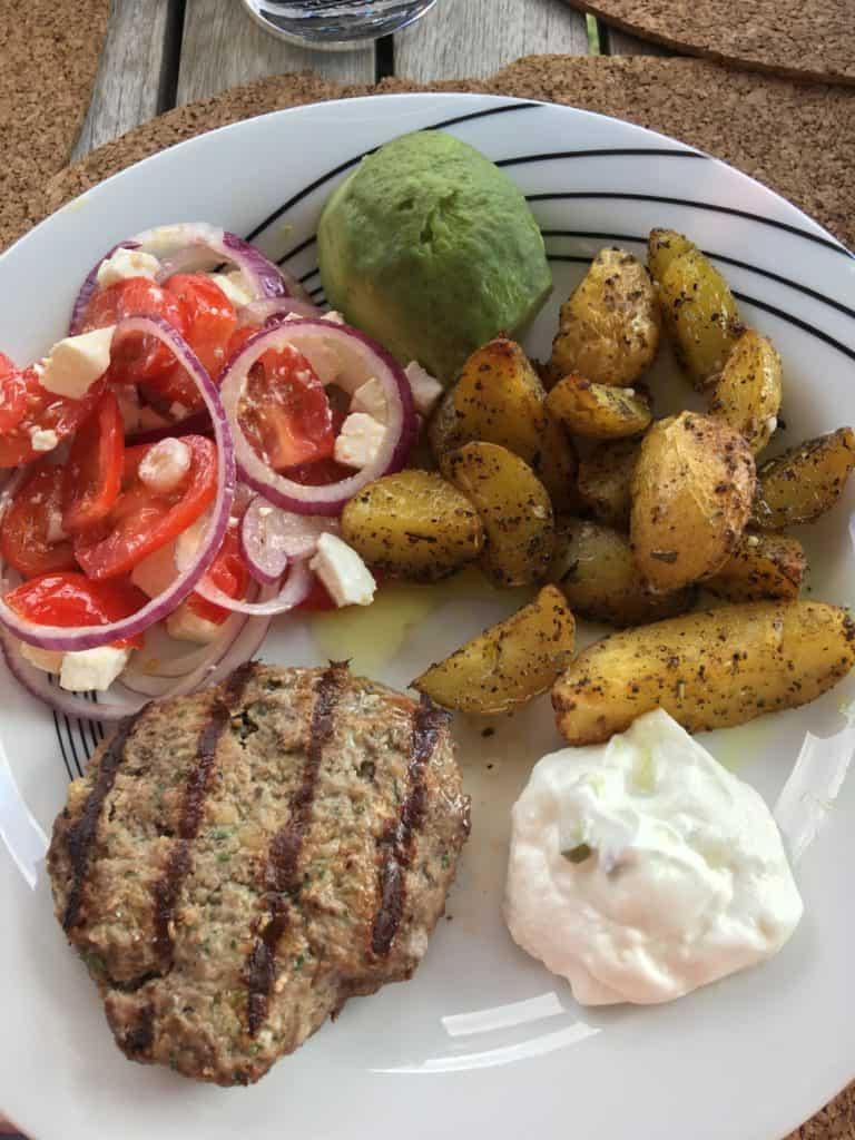 Græske bøffer med ovnkartofler og tomatsalat