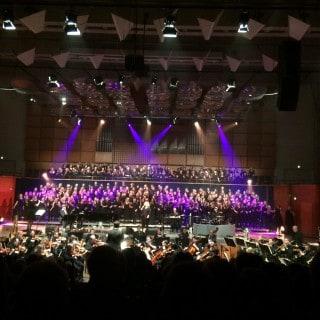 Hele orkestret, sanger og kor
