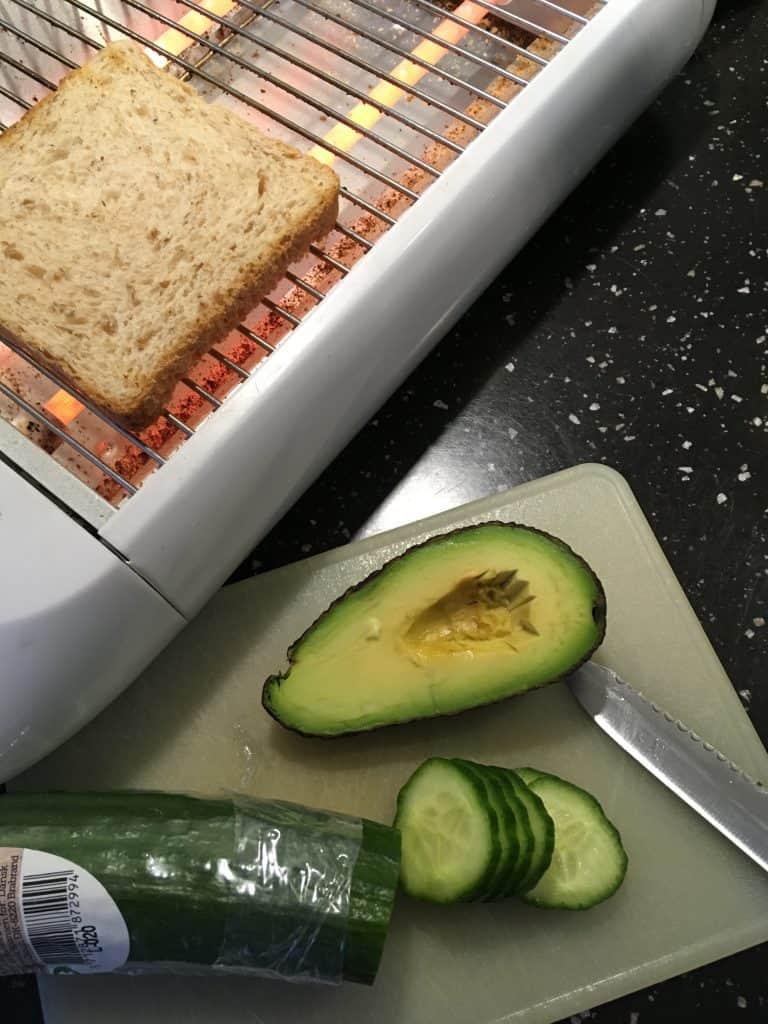 Grovtoast med avocado og agurk