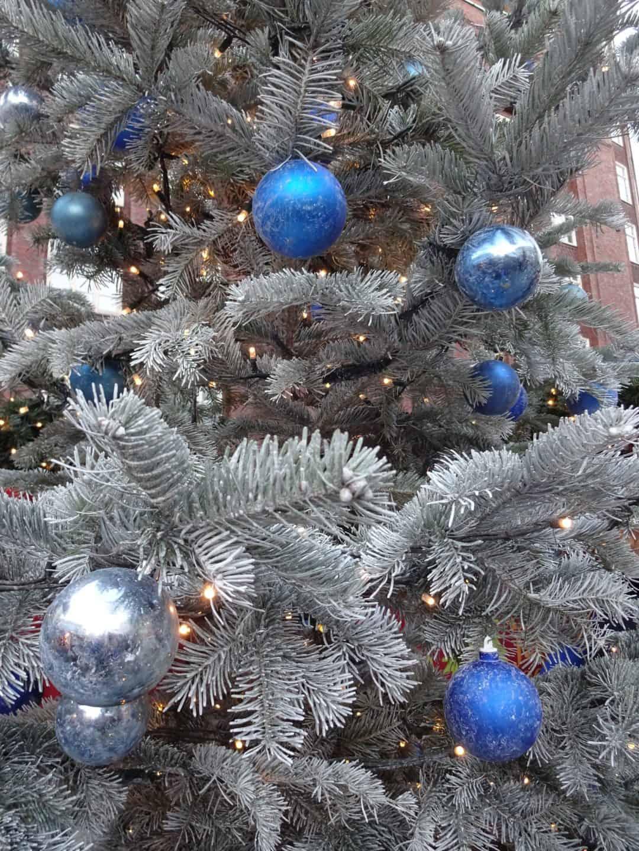 Juletræ med blå kugler