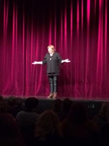 Karen Marie Lillelund på scenen på Magasinet i Odense
