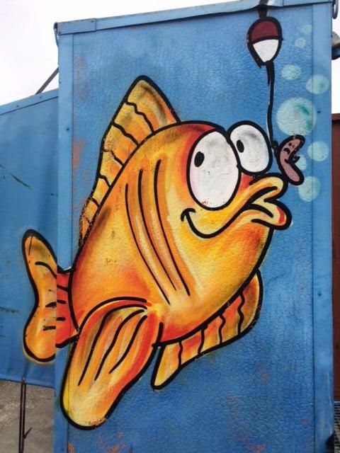 Fisk på krogen på offentligt toilet