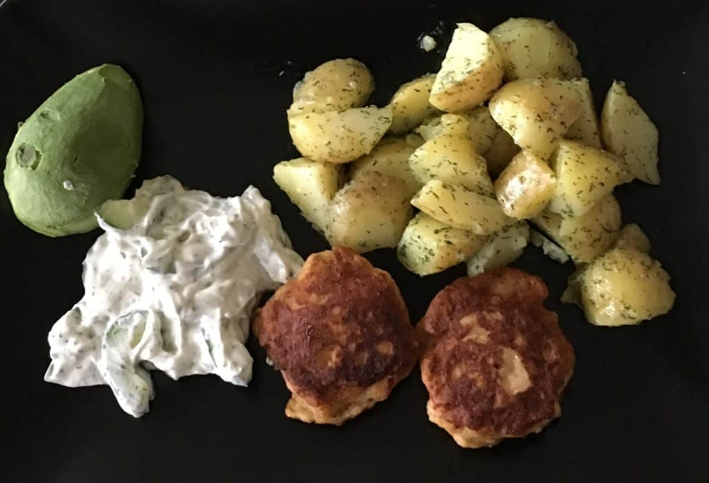 Laksefrikadeller med dildkartofler og agurk i rygeost