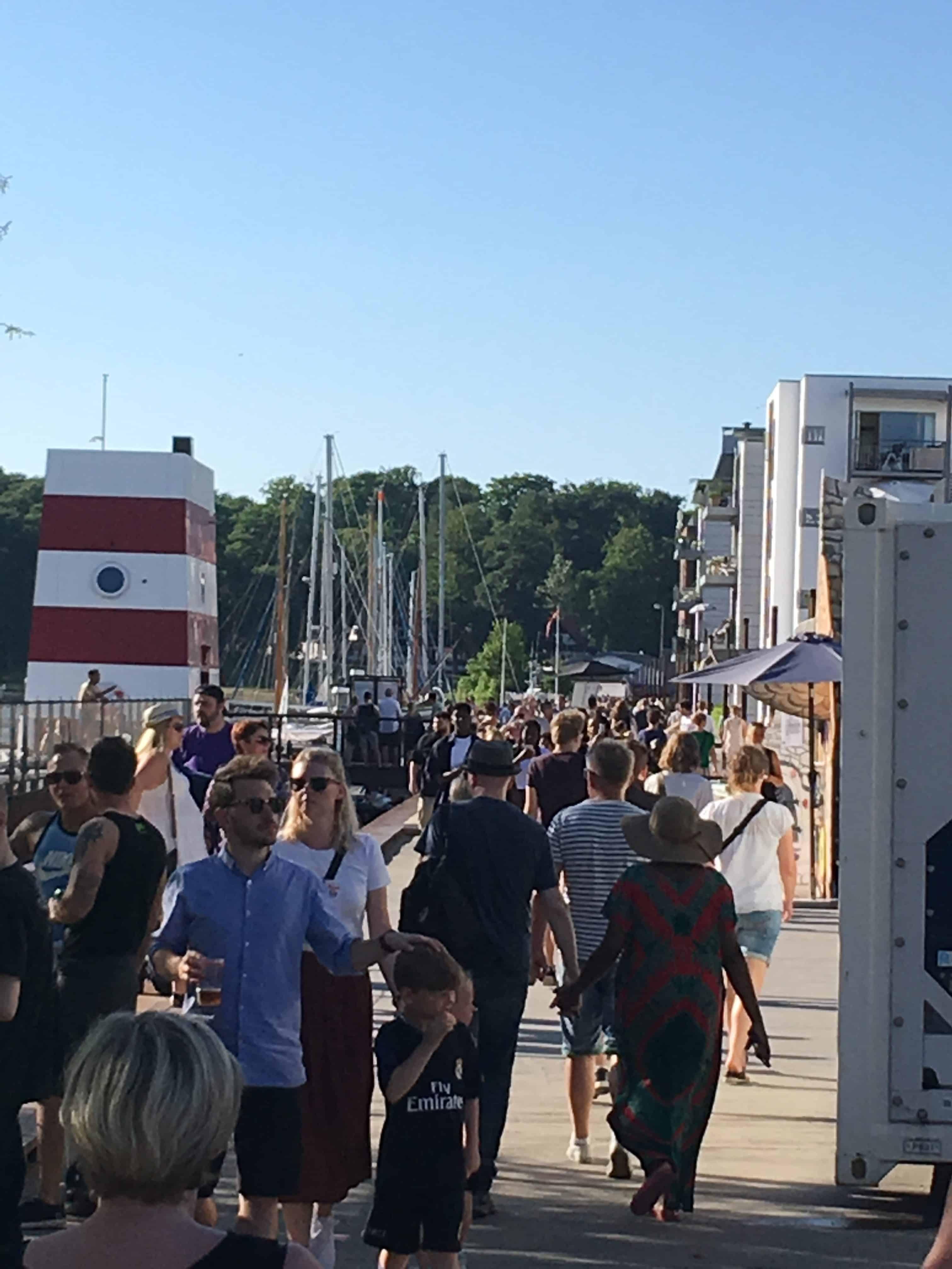 Mange mennesker på havnepromenaden alle 3 dage