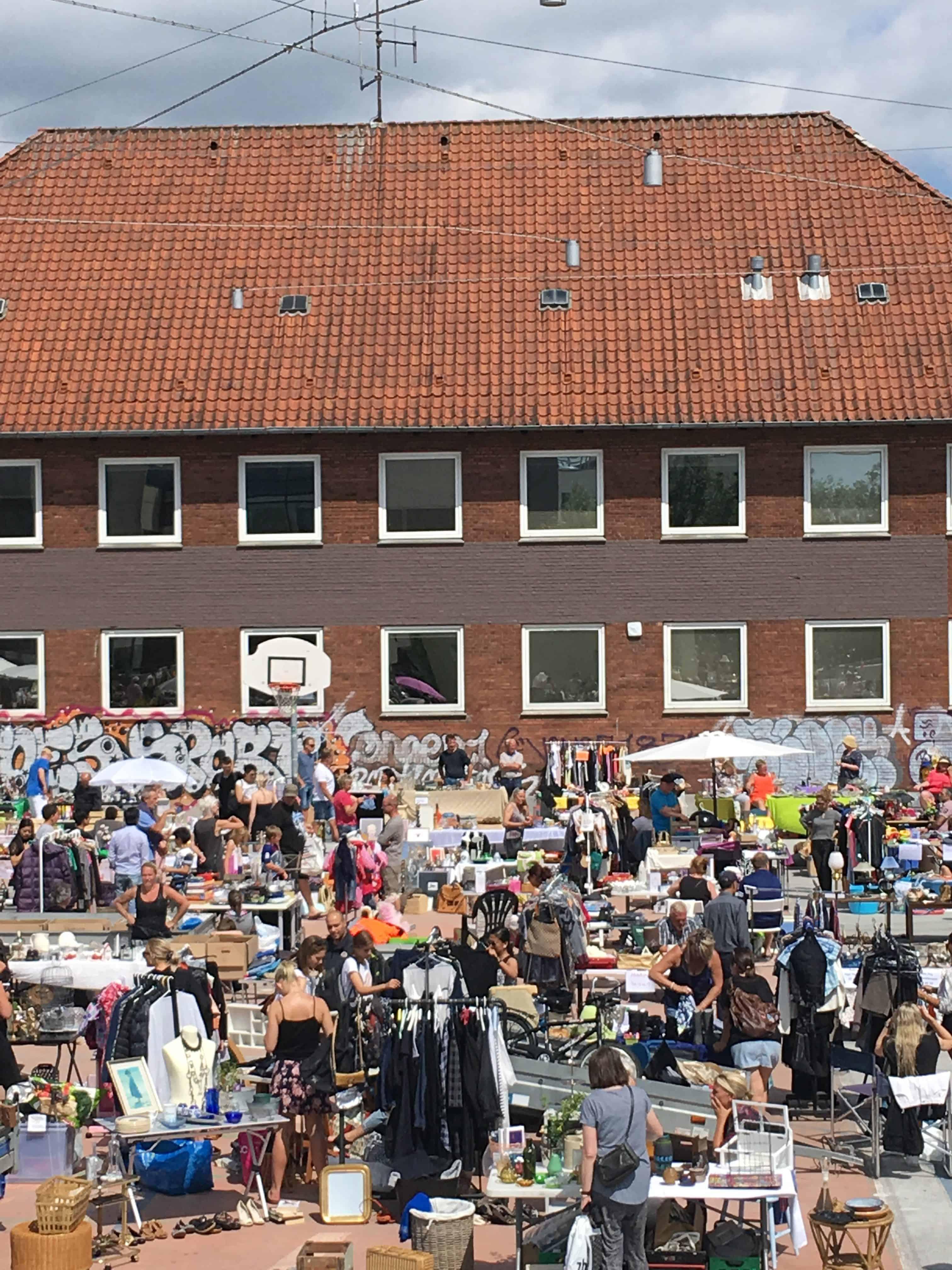 Masser af mennesker og loppeboder på havnepladsen