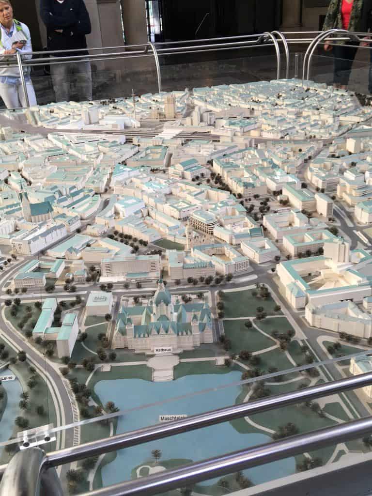 På rådhuset var der 4 udstillingsmodeller af Hannover by: fra mideladeren, før og efter krigen og en nutid model
