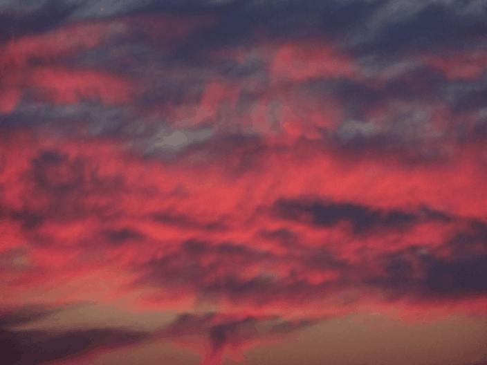 Rød vattet himmel