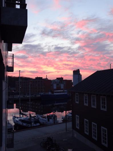 Rød vattet himmel set fra den lille terrasse