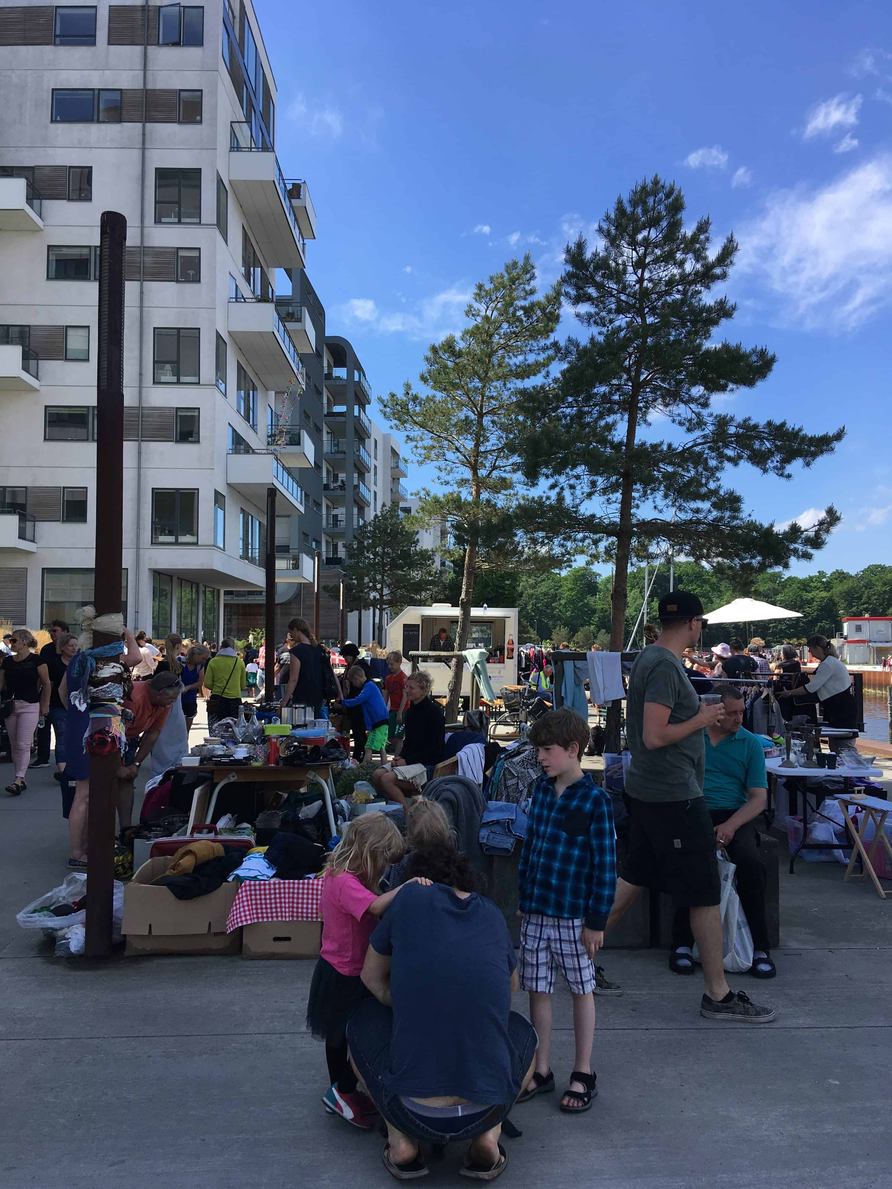 Søndag var der loppemarked foran Promenadebyen