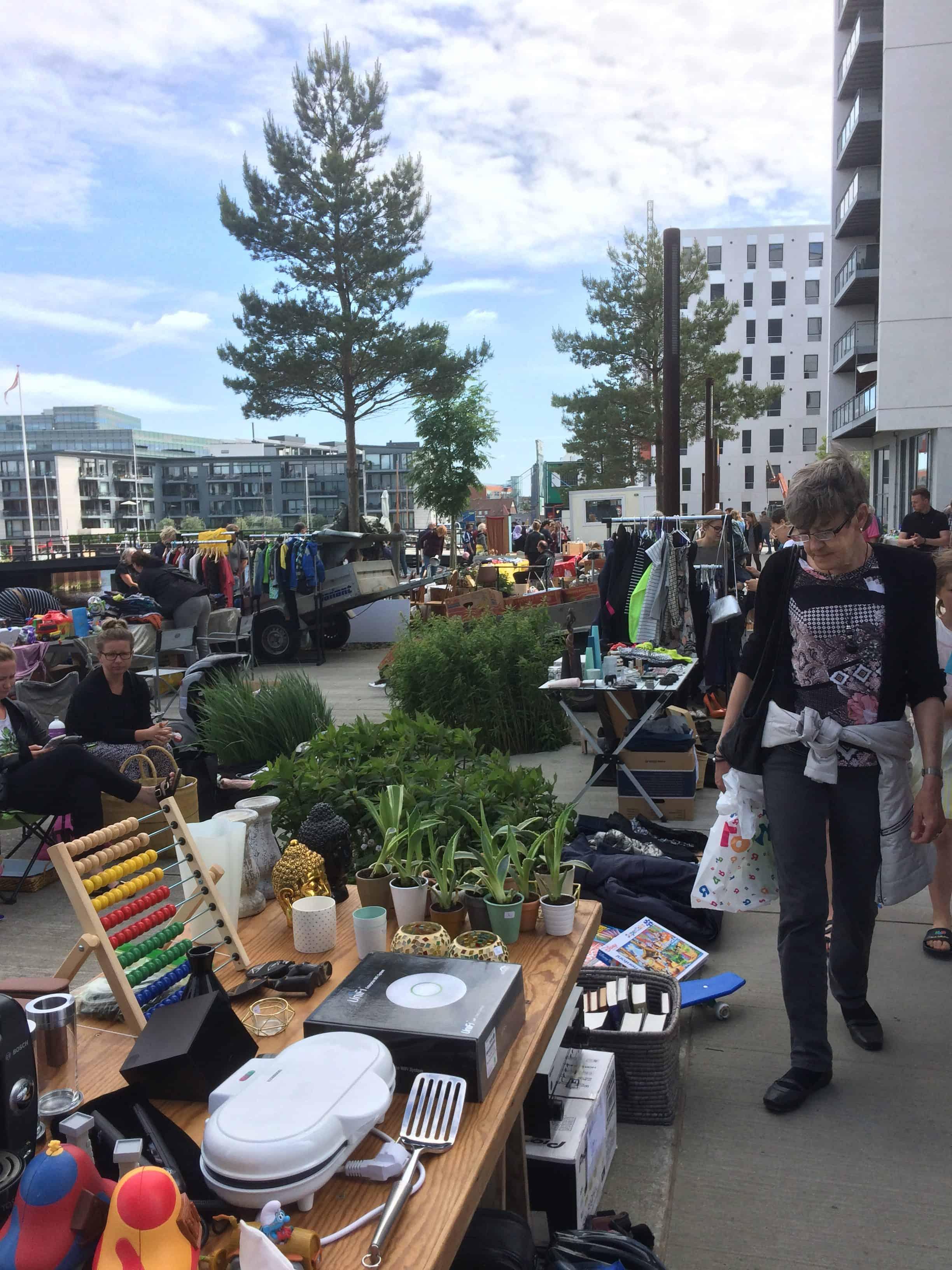 Søndagens loppmarked foran Promenadebyen