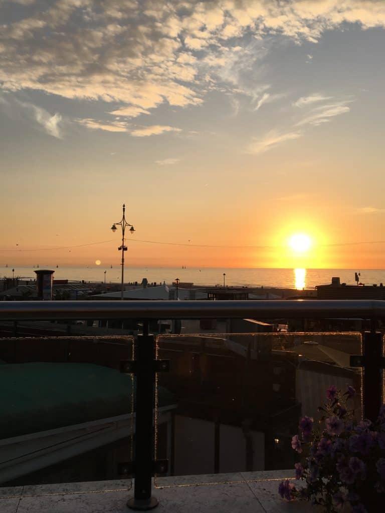 Skarp sol ved solnedgang på hotelterrassen i Scheveningen