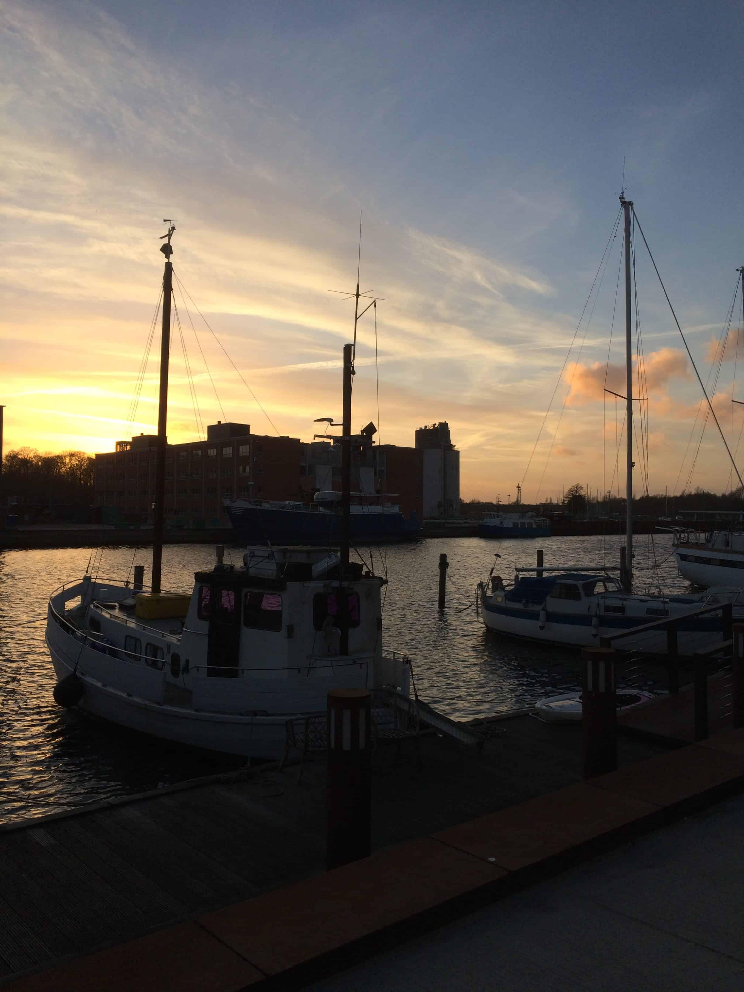 Solnedgang over bådene