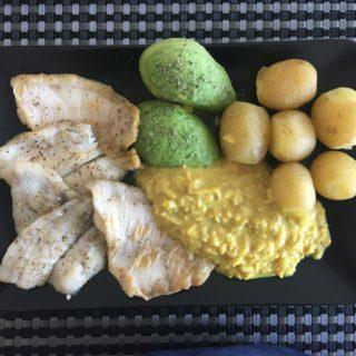 Stegte fiskefileter, kartofler, avocado og sellerisovs