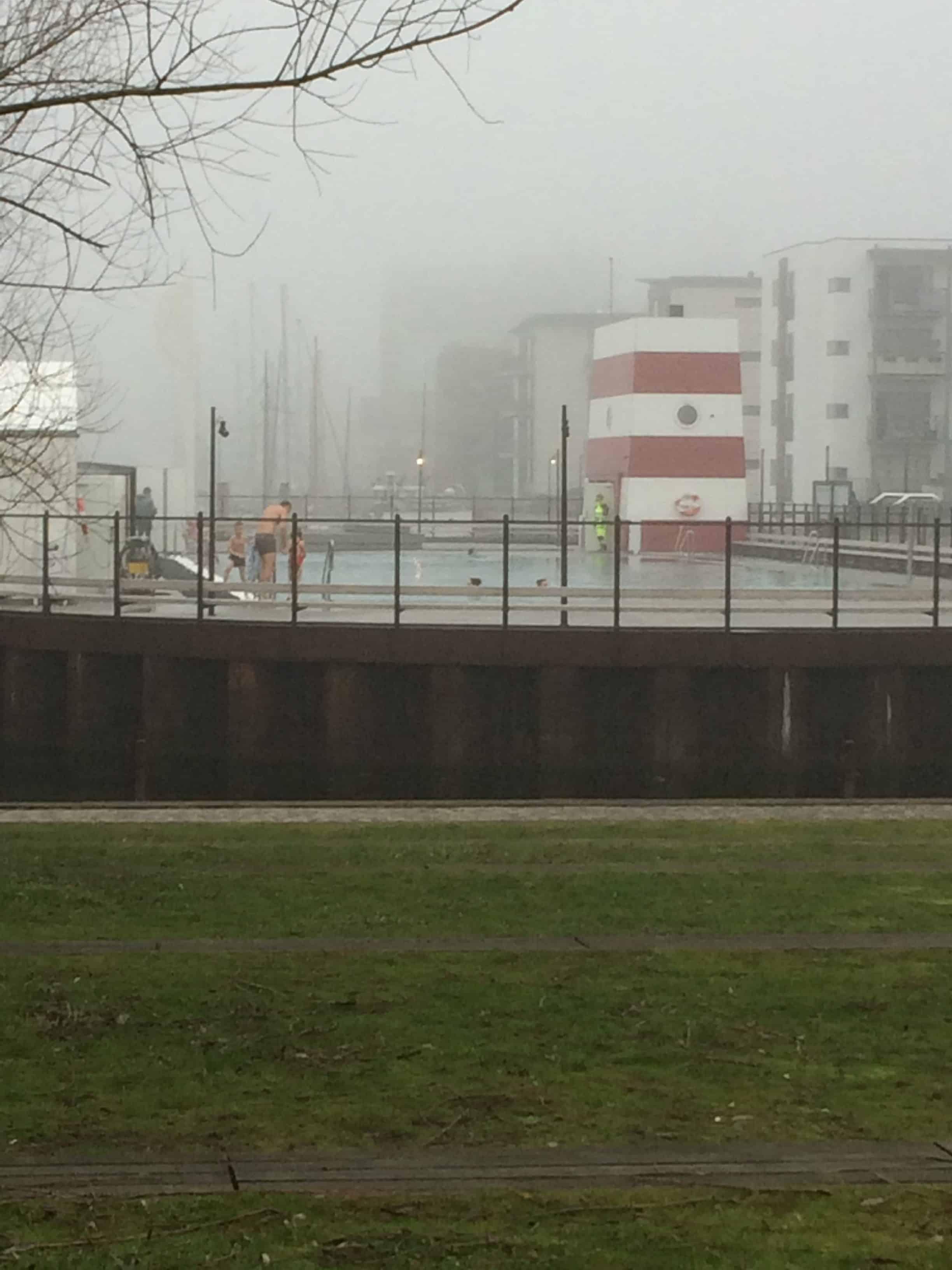 Tågen afholder ikke folk fra at snuppe en dukkert i havnebadet