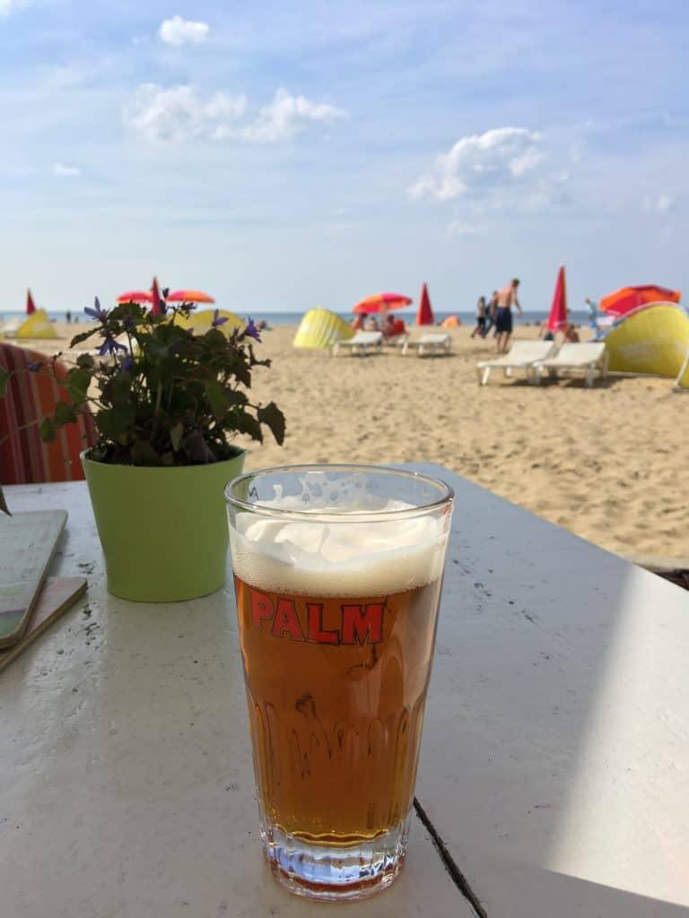 Vi nyder udsigten over den hollandske riviera over en kold øl