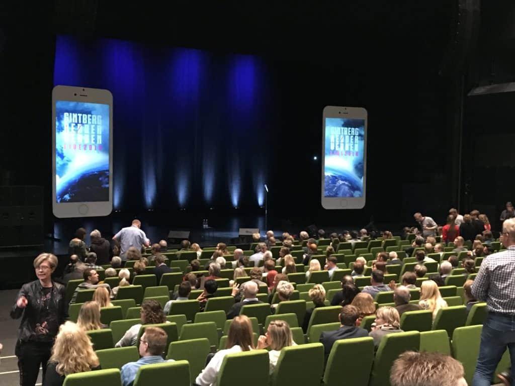 Vi venter på Jan Gintberg kommer på scenen og red(d)er verden