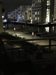 En sneklædt havn lørdag aften
