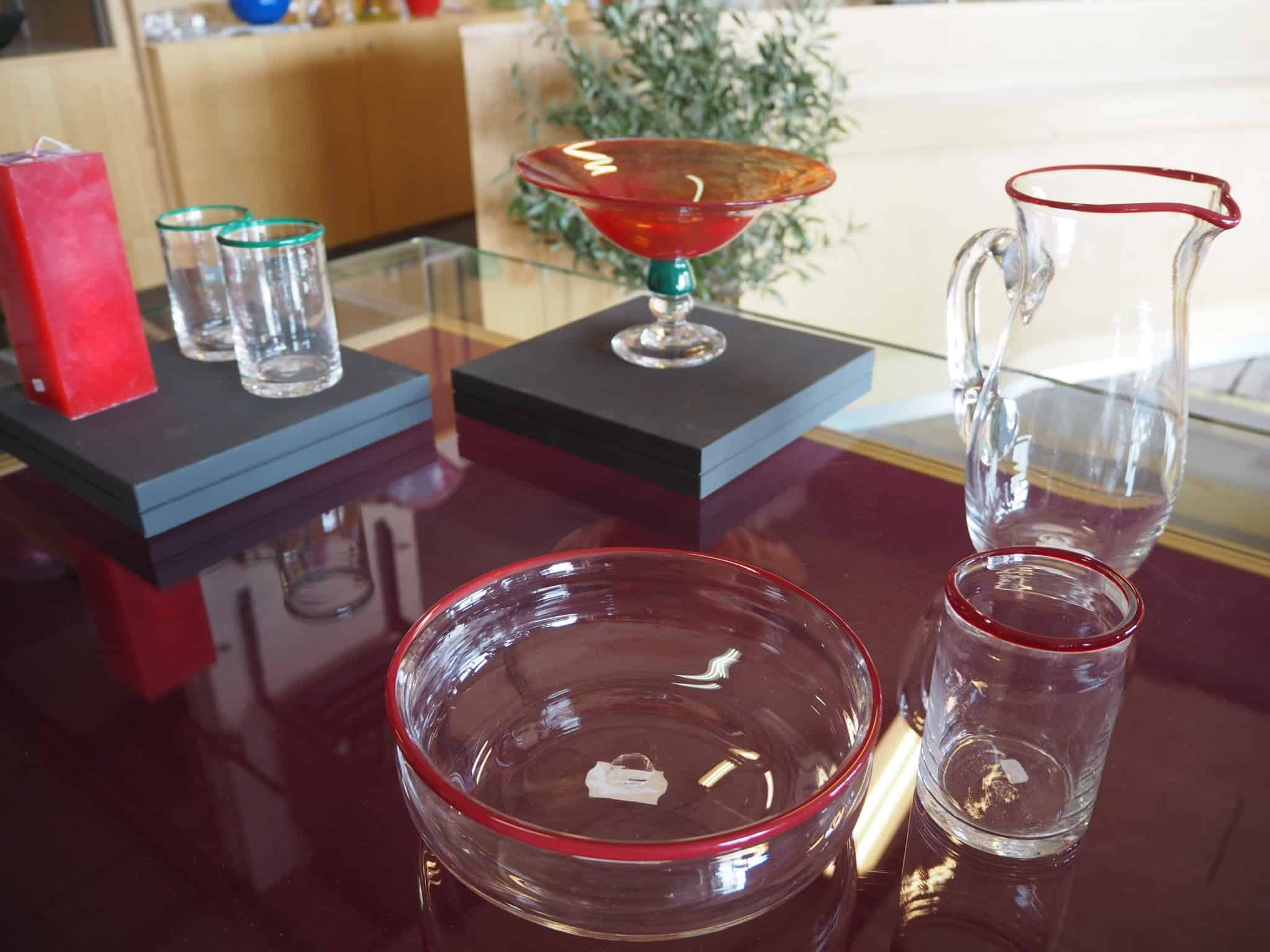 Glas med røde kanter