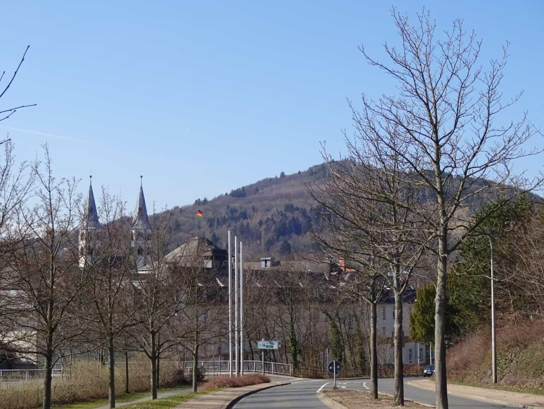 hotel Der Achtermann og nogle seriøse bjerge i baggrunden
